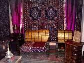 Пёстрые ковры, звёздчатые решётки на окнах, низкие, инкрустированные перламутром столики, цветные по - PADAVIA